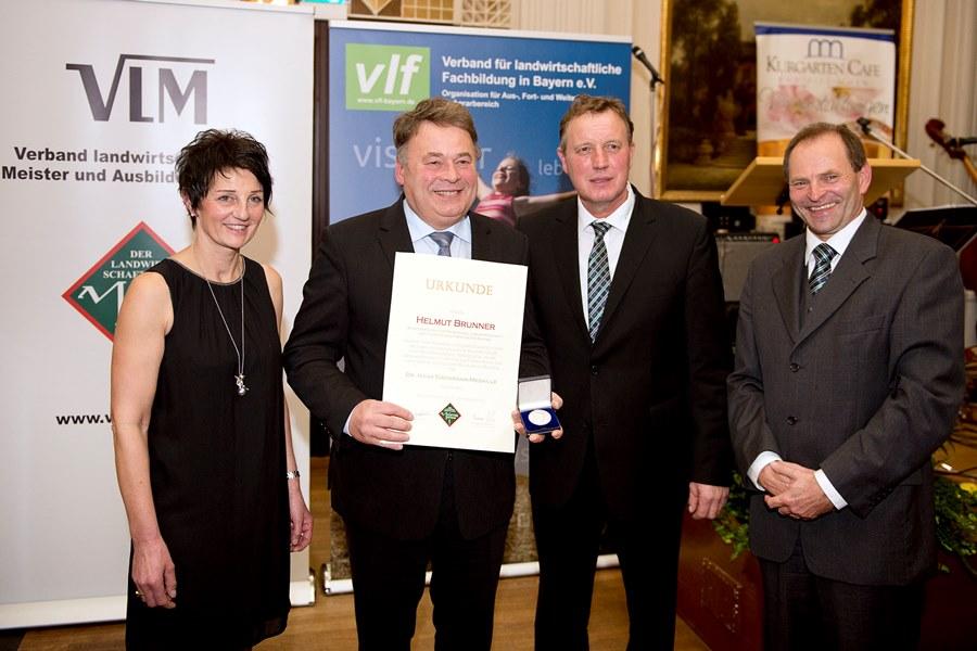 Dr. Hans Eisenmann-Medaille an Landwirtschaftsminister Helmut Brunner