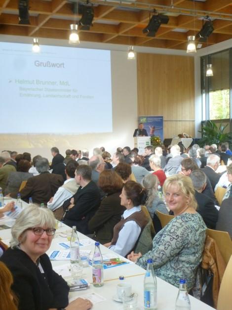 Elisabeth Zehetmaier und Angela Maier bei der Rede von Staatsminister  Helmut Brunner bei der vlf- Landesversammlung