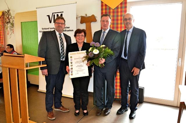 Zum Goldenen Meisterbrief gratulierten der Vorsitzenden Elisabeth Forster VLM- Bezirksgeschäftsführer Hans Walter (re.), ihr Stellvertreter Dietmar Helm (li.) und VLM-Landeschef Harald Schäfer (2. v. re.)