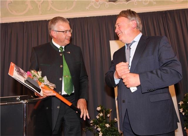 Als Dank für die Festrede überreichte Peter Seidl (links) eine Axt an Landwirtschaftsminister Helmut Brunner. Der VLM-Vorsitzende wurde mit dem goldenen Verbandsabzeichen geehrt. © OVB
