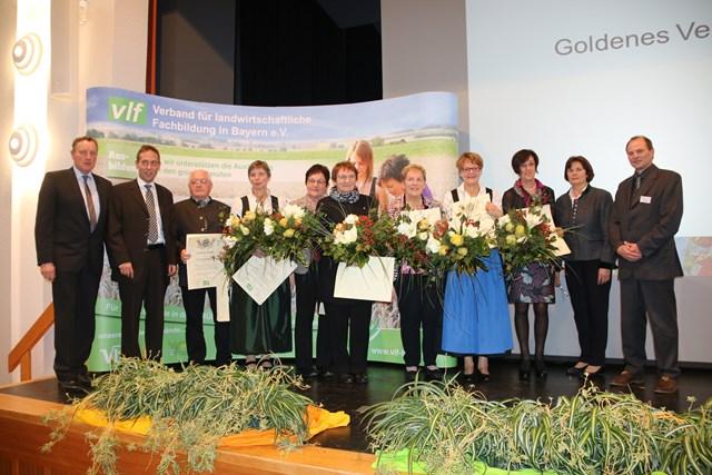 Ehrengäste, die im Rahmen der vlf-Landesversammlung das Goldene Verbandsabzeichen erhalten haben, mit dem vlf-Landesvorstand