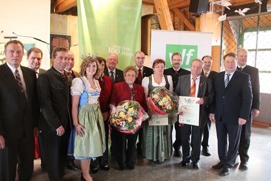 Das Bild zeigt Geehrte und Gratulanten (von links): VLM-Vorsitzender Harald Schäfer, Georg Kainz (Landwirtschaftsmeister aus Untergriesbach, Niederbayern), vlf-Vorsitzender Koller, Gerhard Boyen (Landwirtschaftsmeister aus Gundhöring, Niederbayern), Milchkönigin Katharina Schlattl, 2. vlf-Vorsitzende Christine Wutz, Günther Schmelzer (Ltd. Landwirtschaftsdirektor a.D. aus Neumarkt i.d.Opf.), Christel Kolloch (Hauswirtschaftsdirektorin a.D. aus Thyrnau, Niederbayern), Martin Renn (Landwirt aus Altusried, Schwaben), Irmingard Siglreithmayer (Ländl. Hauswirtschafterin aus Neudorf-Traunreut, Oberbayern) und deren Ehemann Sebastian Siglreithmayer (Landwirtschaftsmeister), Werner Reihl (BBV-Bezirks-Präsident a.D. aus Arzberg, Oberfranken), vlf- Geschäftsführer Thomas Mirsch, Staatsminister Helmut Brunner und Ministerialdirigent Wolfram Schöhl (Bild: Konrad)