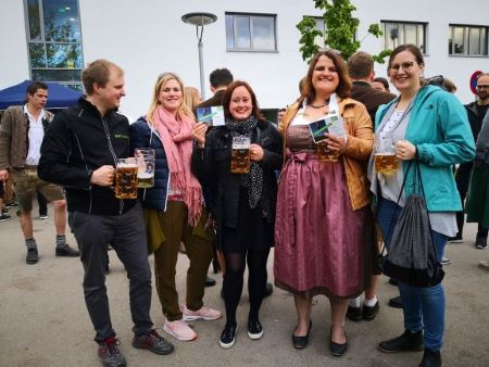 v.l.n.r.: Dr. Sebastian A. Pauli, Christina Maria Lackermeier, unsere neuen Mitglieder Maria Schmitz und Lena Spöhrl, Veronika Stanglmayr (Bild: S. Pauli)