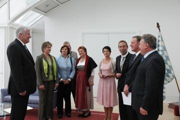 v. li.: MP Horst Seehofer, Marianne Scharr (stv. Vors. vlf u. VLM), Christine Wutz (2. Vors. vlf), Thomas Waldleitner (stv. Vors. vlf), Luise Bachmeier (ehem. Vors. VLM), Dagmar Hartleb (2. Vors. VLM), Hans Koller (Vors. vlf), Harald Schäfer (Vors. VLM), Staatsminister Helmut Brunner (Bild: Bayerische Staatskanzlei)