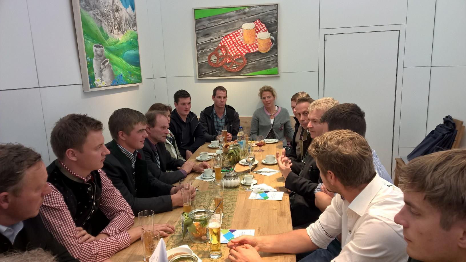Amtschef Hubert Bittlmayer (StMELF) und vlf-Vorstand im Gespräch mit den besten Absolventen der Fachschulen, HLS und Technikerschule des Jahrgangs 2015