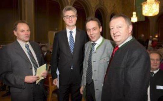 v.li.: Thomas Mirsch, Geschäftsführer vlf/VLM, Dr. Georg Häusler, GD AGRI der EU-Kommission, vlf-Landesvorsitzender Hans Koller und Thomas Bold, Landrat von Bad Kissingen