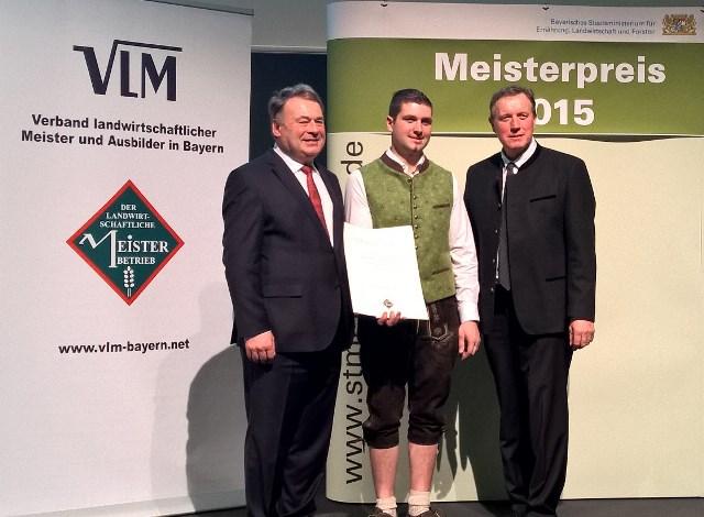 Landwirtschaftsminister Helmut Brunner (li.) und Harald Schäfer, Vorsitzender des VLM Bayern (re.), bei der Verleihung der Dr. Hans Eisenmann-Urkunde an Andreas Graf aus Schwandorf.