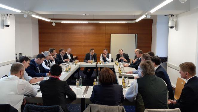 Im Bild: Minister Glauber zwischen Vorsitzenden Hans Koller und Geschäftsführer Thomas Mirsch