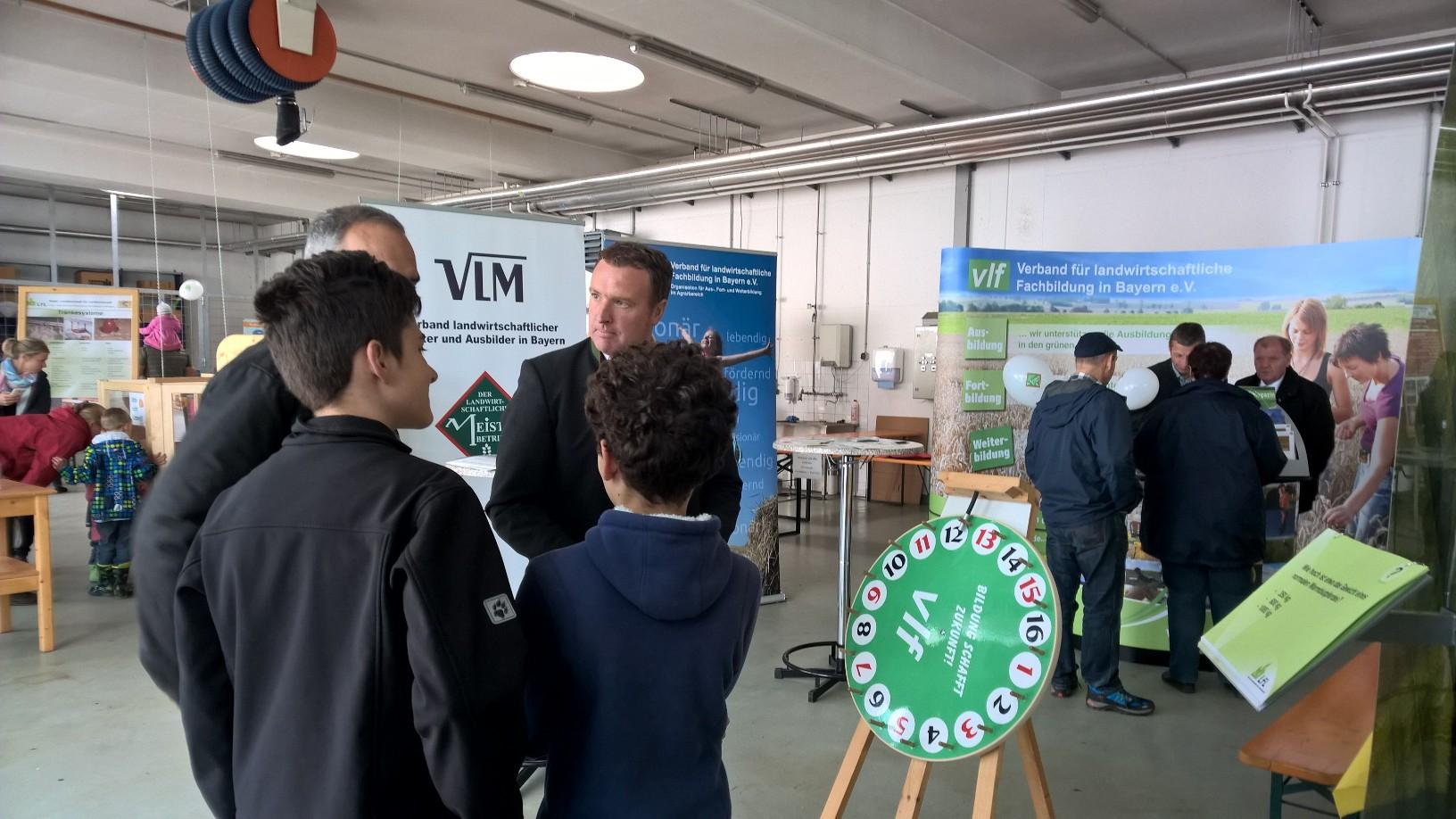 vlf- Vorsitzender Stefan Hanrieder (vlf Moosburg) im Gespräch mit Besuchern